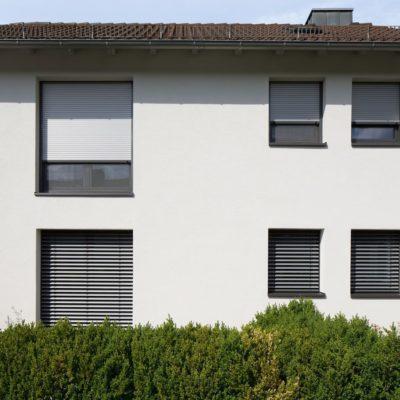 Fenster eines Hauses mit Rollladen
