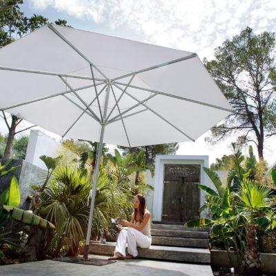 Achteckiger Sonnenschirm in weiß von Caravita
