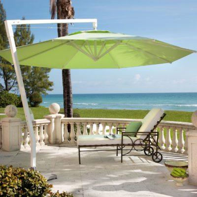 Grüner Sonnenschirm mit weißem Ständer von der Marke Caravita